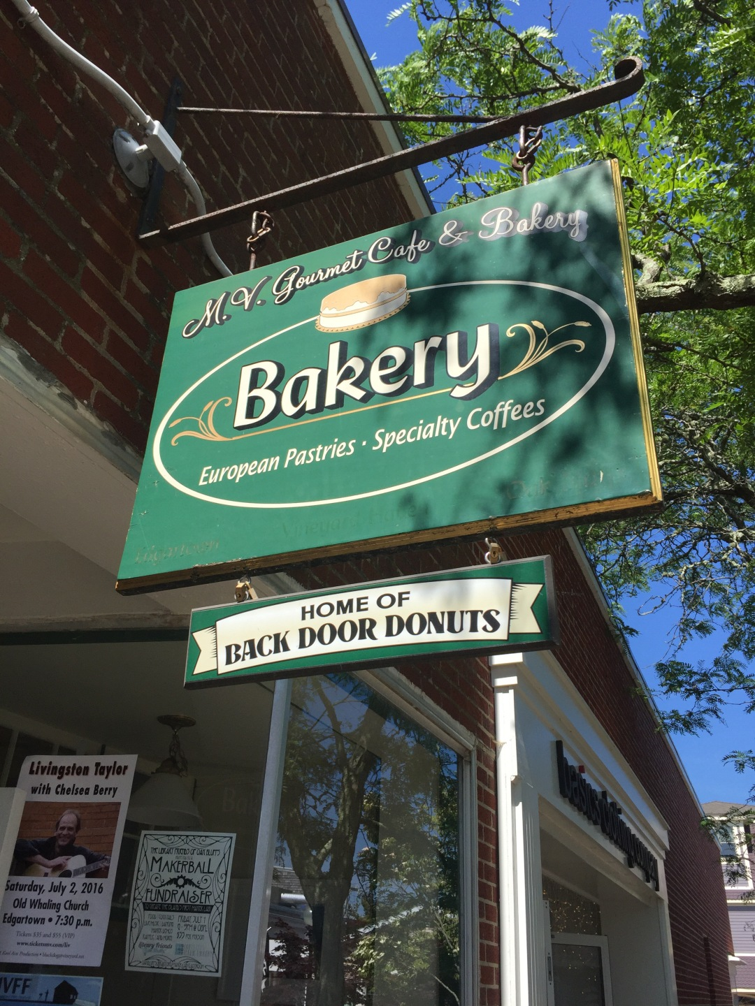places to eat in Martha's Vineyard back door donuts